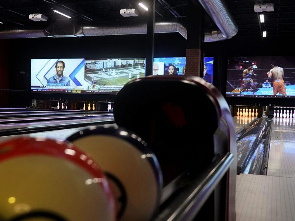 Bowling lanes with projection screens